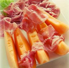 Piatti freddi con cibi genuini e frutta fresca